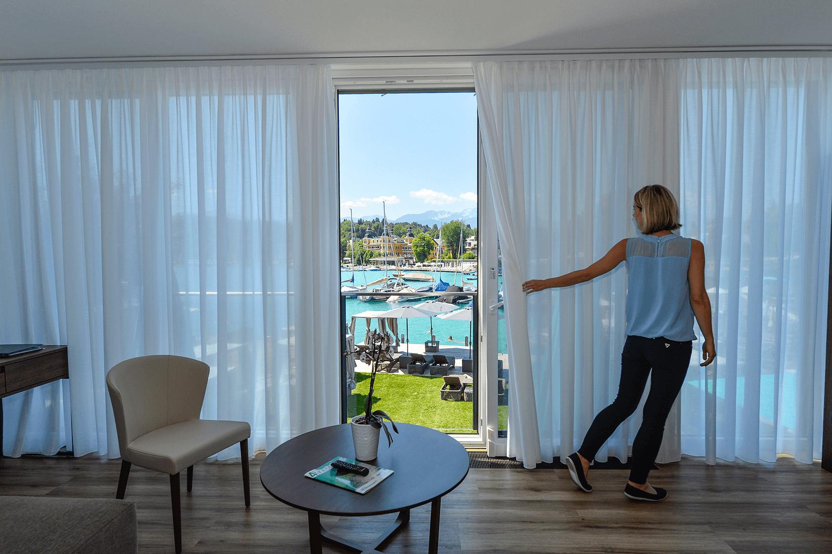 Suite mit französischem Balkon_Erdgeschoß mit direktem Seeblick_Boutiquehotel_Wörthersee